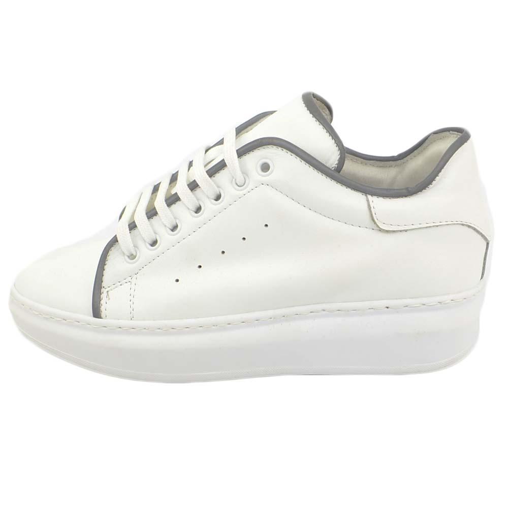 Sneakers uomo bassa linea basic in vera pelle bianca con bordino nero in pelle e lacci in tinta fondo tondo bianco uomo sneakers bassa Malu Shoes |