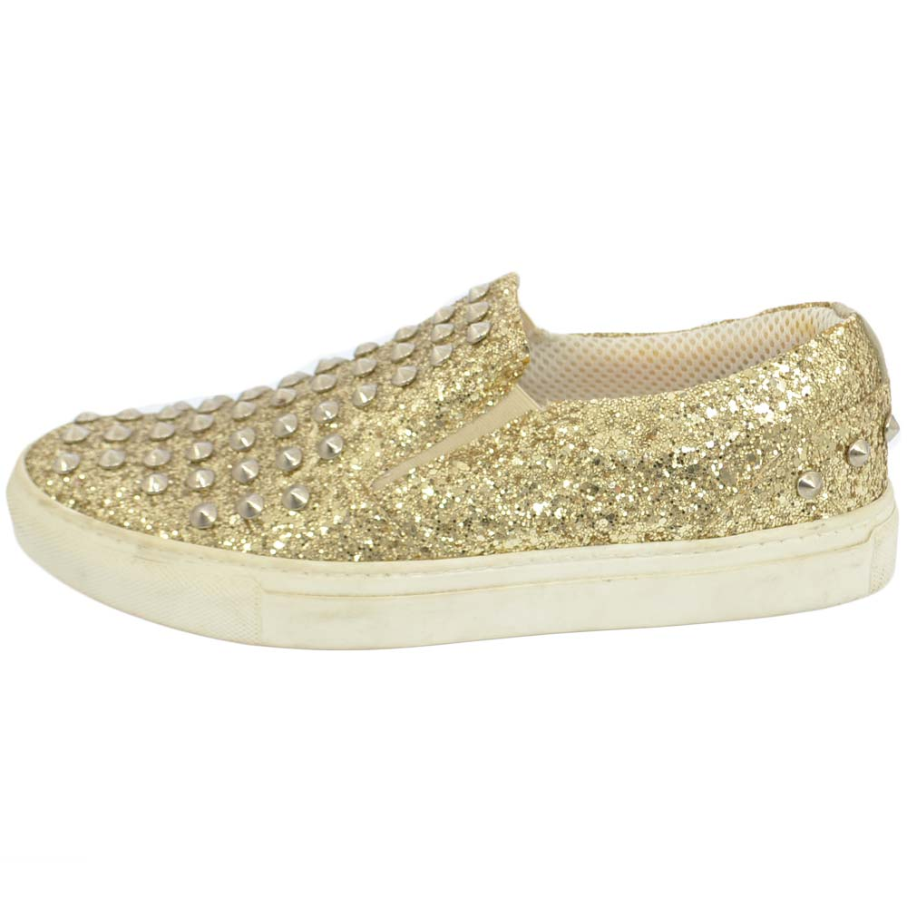 Mocassino slip on donna glitter oro con borchie dorate elastico laterale fondo bianco comfort made in Italy vera pelle.